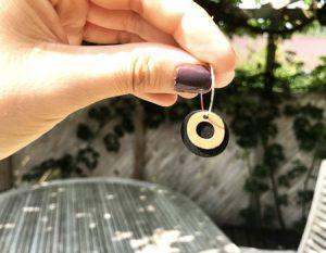 Sort guldfarvede øreringe med ring